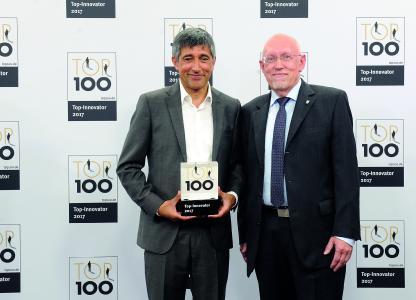 Ranga Yogeshwar überreichte Geschäftsführer Hartmut Hoffmann (r.) die TOP100-Auszeichnung zum sechsten Mal in Folge