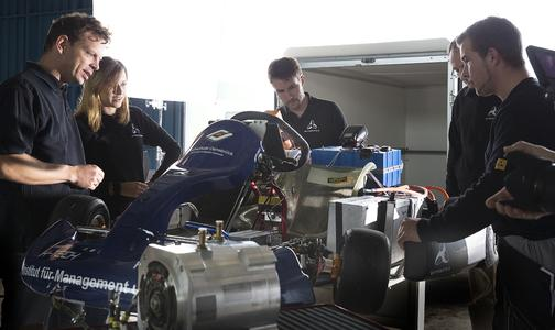 Anspannung pur beim gesamten Team unmittelbar vor dem Start des E-Kart