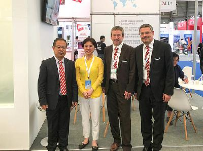 Bei der China Glass 2018 besuchte Ms. Yali Wu, Head of Project and Glass Institute of Xinyi Group den Grenzebach-Stand. Auf dem Foto: (v.l.n.r) James Shang, Yali Wu, Werner Rührer und Markus Gruber