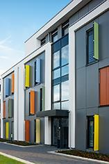 Die innenstadtnahe Siedlung in Mönchengladbach zeichnet sich durch energetisch sinnvolles Bauen mit hoher Transparenz, einer lebhaften Fassadengestaltung und durchdachter Funktionalität aus / Bildnachweis: Schüco International KG