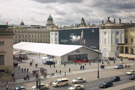 Das Losberger Fashion-Zelt auf dem Bebelplatz in Berlin beherbergt nun schon zum dritten Mal Modedesigner, Models, Stars und Sternchen (Archivbild Losberger)