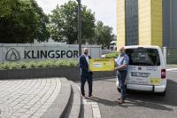 Klingspor Geschäftsführer Dirk Köpsel übergibt den symbolischen Spendenscheck i.H.v. 3.500€ an Diakonie Geschäftsführer Norbert Hauptmann.