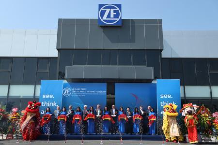 Feiern die Eröffnung des neuen ZF-Werks für Fahrwerktechnik in Hai Phong, Vietnam: Michael Hankel, ZF-Vorstandsmitglied (3. von links, hinten), James DeLuca, VinGroup Deputy CEO (4. von links, hinten), Dr. Peter Holdmann, Leiter der ZF Division Pkw-Fahrwerktechnik (5. von links, hinten) / Bild: ZF