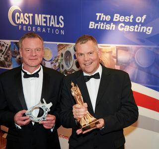 """Adam Robertson (li.) vom Precision Casting Center und Kevin Smith, Sales Director von voxeljet UK mit dem """"Component of the Year""""-Award der Cast Metals Federation"""
