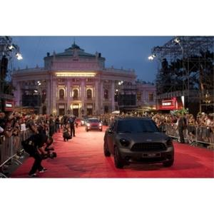 Frenetic debut of the Life Ball MINI lead by the MINI Countryman designed by Calvin Klein Collection's Francisco Costa on the red carpet in front of Vienna city hall.