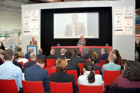NRW-Staatssekretär Dr. Heller bei seinem Vortrag auf dem gut besuchten Health IT Forum. Dr. Stephan Schug, externer Berater und Europabeauftragter der ZTG GmbH (Mitte), moderiert das Veranstaltungsformat