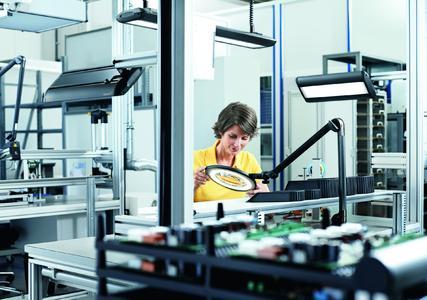 Zu einem ESD-gerechten Arbeitsplatz gehört auch eine entsprechende Beleuchtungslösung, um Schäden zu vermeiden