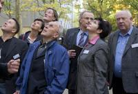 Ja wo bauen sie denn? Teilnehmer der IVV-Immobilienexkursion nehmen ein Quartier in Augenschein. Foto: HUSS-MEDIEN GmbH, Kerstin Sabotke
