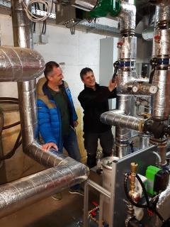 Marco Rom und Andreas Fiegl von ENERPIPE überprüfen die Heizanlage