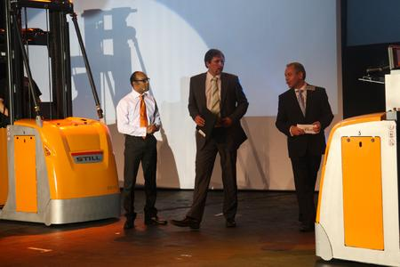 Matthias Klug, Leiter STILL-Unternehmenskommunikation (rechts im Bild) präsentiert effiziente Intralogistik-Produkte (Foto: STILL GmbH)