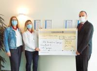 Claudia Fontion und Evelin Huber (von links) bedanken sich bei Geschäftsführer Jorge Pons (rechts) für die Spende an das Rote Kreuz / Bild: primion