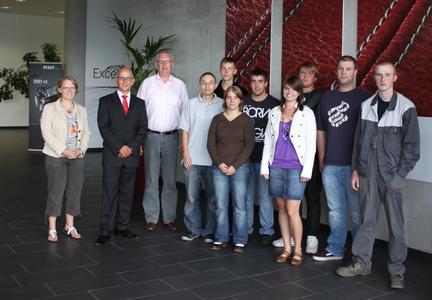"""Joachim Richter (Vorstandsvorsitzender), Silke Hörauf (Prokuristin) und Gerd-Peter Richter (Personalbeauftragter) begrüßen die neuen """"Pfaffianer"""""""