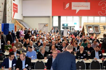 DHV-Frühjahrstagung 2017: Äußerst inspiriert von der Praxisrelevanz der anspruchsvollen Fachvorträge zeigten sich die rund 150 Gäste bei der gemeinsamen Frühjahrstagung 2017 des Deutschen Holzfertigbau-Verbandes e.V. (DHV) und der 81fünf high-tech & holzbau AG, die beim Dachfensterhersteller Roto in Bad Mergentheim stattfand / Foto: Achim Zielke für den DHV, Ostfildern; www.d-h-v.de