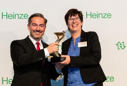 Freuen sich über die Auszeichnung: Michael Kehm, Leiter Zentrales Marketing, und Ulrike Krüger, Pressereferentin der Schüco International KG. Bildnachweis: Roman Thomas Fotografie
