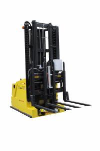 Der vollautomatisierte Gegengewichtsstapler COMPACT GG mit Doppelgabel erbringt doppelte Leistung