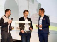 Simon Fröhling und Rafael Schneider (beide Auszubildende bei Brose) erklärten Willi Weitzel und dem Publikum die Funktionsweise des Fensterhebers