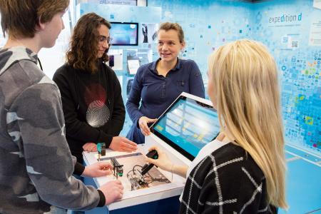 An der Station zur Sensorik ist Fingerspitzengefühl gefragt, um mit von Hand gesteuerten Sensoren ein virtuelles Auto einzuparken. Foto: (c) Baden-Württemberg Stiftung gGmbH