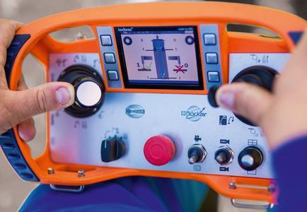 Die neue Funksteuerung mit Farbdisplay bietet eine optimale Übersicht aller Funktionen und kann bis zu vier Funkkameras, die für eine optimale Baustelleneinsicht sorgen, im Display abbilden