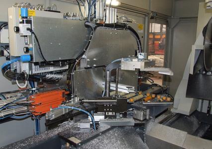 Die Fräs- und Bohrstation ist das Herzstück des Durchlaufzentrums. Am Bearbeitungsrahmen können bis zu 30 Bearbeitungsspindeln befestigt werden
