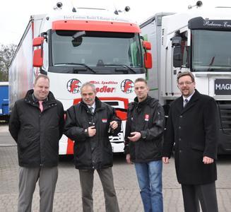 Die Spedition Fiedler erhält die Schlüssel eines der ersten Renault Trucks T in Deutschland (v.l. Michael Hebbinghaus, Renault Trucks; Bodo Rixecker, Nutzfahrzeuge Kreuzer, Jan Fiedler, Fiedler GmbH; Jörg Fiedler, Fiedler GmbH)