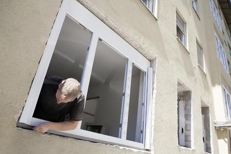 Für die Montage der Lüftungsfenster sind keine Stemmarbeiten notwendig. Bildrechte: REHAU