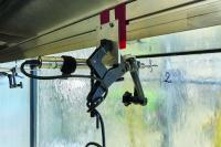 Bei der Windwiderstandsprüfung ermittelt ein Wegaufnehmer das Ausmaß, in dem sich die Fassade bei der Prüfung verformt. Der Prüfkörper hält dabei einem wechselnden Über- und Unterdruck von 2500 Pa stand mit einer Sicherheitslast von 3750 Pa / Bildnachweis: Christian Eblenkamp