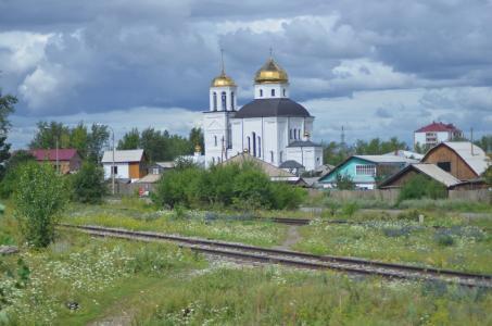 Pittoresk: Am Rande sibirischer Städte begegnen sich die unterschiedlichsten Baustile. (Foto: Achim Zielke)