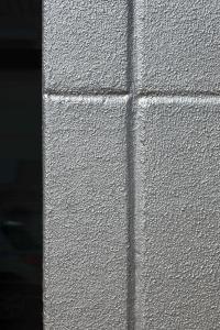Durch die Abgrenzung der Porenbetonsteine konnte in eine Richtung gearbeitet werden und der gleichmäßige Metallglanz war da (Foto: Caparol Farben Lacke Bautenschutz/Martin Duckek)