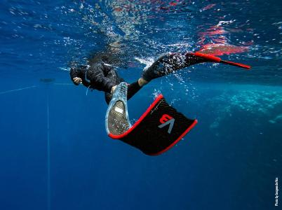 The design of alchemy's high-tech diving fins consists of several carbon fiber layers. (Photo by Jacques de Vos)