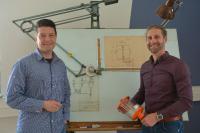 Abb. 1: Geschäftsführer Daniel Gutierrez Beck (links) und technischer Leiter Kai Friedrich (rechts) behaupten sich mit der L.+G. Beck GmbH und ihrer Marke UNIOELER als weltweit führender Anbieter für Tropföler, Ölstandsanzeiger und Dosiersystemen für die Minimalmengenschmierung