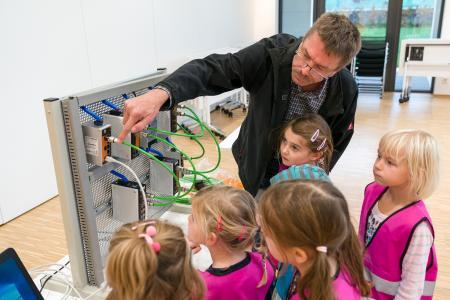 Bei LAPP lernten die kleinen Gäste, wie Netzwerktechnik funktioniert