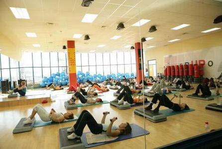 .... sowie auch Gruppenkursräume, Pilates-Bereich, Kosmetikzentrum, Sonnenbänke und Restaurant