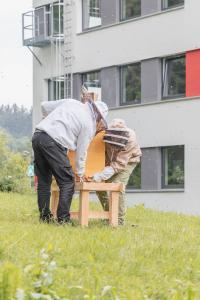 Beste Voraussetzung durch die Lage im Grünen: Hymer-Leichtmetallbau freut sich über die Ansiedlung des ersten HYMER-Bienenstocks durch die beefuture GmbH auf dem Firmengelände in Wangen