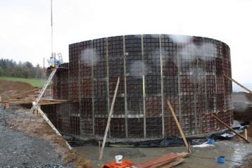 Neben nachwachsenden Rohstoffen aus der Region nutzt das Kraftwerk auch Abfallprodukte wie Gülle und Mist zur Wärme- und Stromproduktion und versorgt durch Kraft-Wärme-Kopplung mit Anbindung an ein Nahwärmenetz dauerhaft Teile der Gemeinde