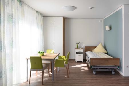 Ruhe mit angenehmen Ambiente: Bewohnerzimmer in der Farbwelt Meeresbrise (Blaugrüne Akzentwand: 3D Verona 110)  (Foto: Caparol Farben Lacke Bautenschutz/Martin Duckek)