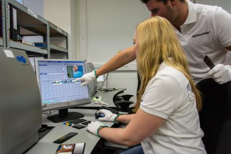 Der Fotomedienfachmann/-frau lernt im Rahmen seiner Ausbildung u. a. die Digitalisierung von Negativfilmen.