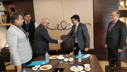 Vertragsunterzeichnung: Dr. R. Venugopala Rao (Sr. VP & Head Hydro & Civil Divisions, Angelique International Ltd.) und Herr Saurabh Sharma (VP & Business Head SH, Voith Hydro Pvt. Ltd.)