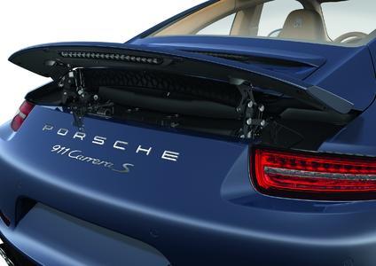 Multifunktionales Bauteil: Polymerspezialist REHAU fertigt die Sichtteile für die beweglichen Heckspoiler des Porsche 911 Carrera / Foto: Porsche AG