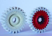 METAKER Hybrids. Hybrid-Zahnräder in konventioneller (links) und generativer (rechts) Bauweise