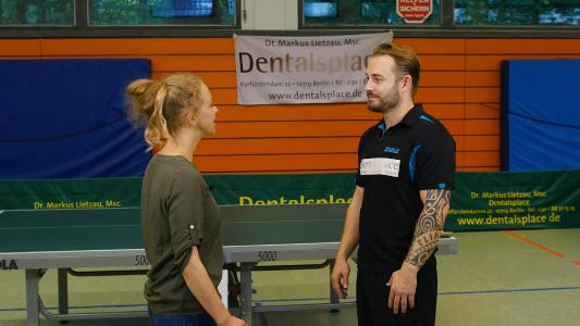 Dr. Markus Lietzau beim Tischtennistraining gemeinsam mit TV-Moderatorin Kerstin Birk