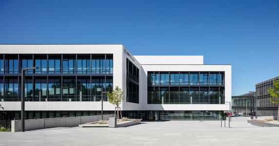 Die Textilelemente fassen die Glasfassade als weißen Rahmen ein / Bildnachweis: Schüco International KG // Fotograf: Atelier Altenkirch