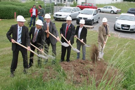 v.l.n.r. Stefan Schulz (Mauss Bau), Wolfgang Seel (VIPA), Bürgermeister German Hacker, Landrat Eberhard Irlinger, Josef Tröster (Berschneider & Berschneider), Stefan Quandt (Architekt)