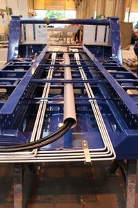 Wo nur möglich wird nun verzinktes Hydraulikrohr eingesetzt. Ein Leerrohr nimmt den Elektrik-Kabelstrang auf.