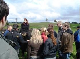Reiten auf dem Büffel - die Studenten der Compass Akademie nehmen Kontakt zu den Bewohnern des Bauernhofs auf