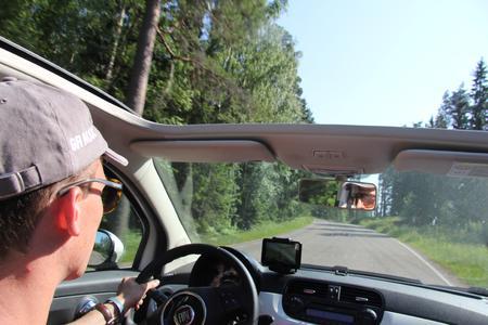 Die Straße fest im Blick und das Ziel vor Augen. Jan Schmidt (BUSYMOUSE Business Systems) am Steuer seines treuen Fiat 500.