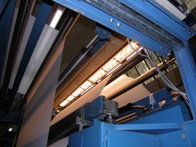 Installierte Prozesskontrolltechnik in einer Textilveredelungsanlage zur In-line-Überwachung (Bahnbreite und -länge = 3.6 x70 m). (Bild: Dr. O. Daikos, © IOM)