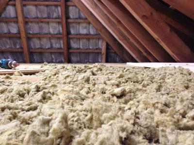 Dachbodendämmung mit Steinwolleflocken