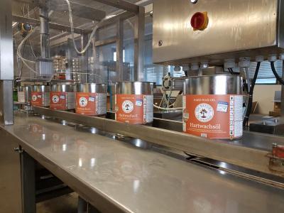 Ein Blick auf die vollautomatische Abfüll- und Etikettierlinie für die OLI-NATURA Öle & Wachse