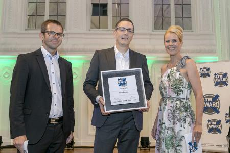 "Knorr-Bremse has won the title of ""Best Brand"" for the thirteenth time in succession; Thorsten Seehars, Member of the Management Board of Knorr-Bremse Commercial Vehicle Systems at  the awards ceremony (mid) (© Knorr-Bremse)"