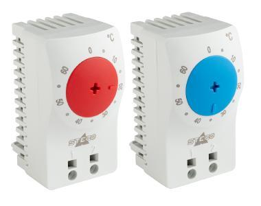 """Termostato pequeño y compacto de STEGO. A la izquierda, con un dial de ajuste de temperatura rojo: KTO 111 """"normalmente cerrado"""" (NC) para regular las resistencias calefactoras. A la derecha, con un dial de ajuste de temperatura azul: KTS 111 """"normalmente abierto"""" (NO) para regular los refrigeradores"""